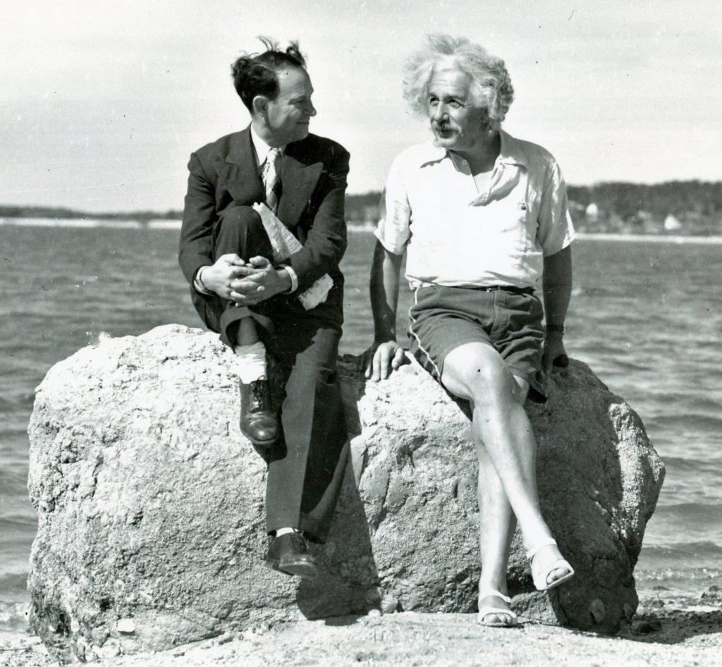 Albert Einstain w sandałach kupionych u Davida Rothmana (z lewej)