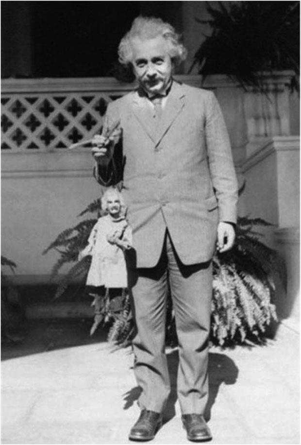 Albert Einstein z marionetką przedstawiającą jego samego