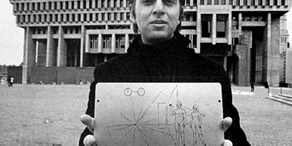 Carl Sagan trzymający płytkę Pioneera