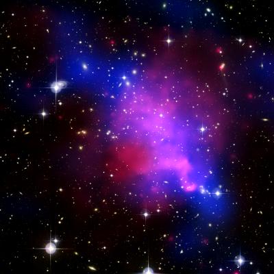 Gromada galaktyk Abell 520 kolor niebieski – ciemna materia, kolor różowy – gorący gaz
