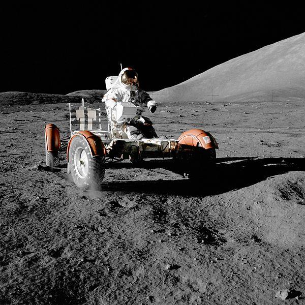 Eugene Cernan w łaziku Lunar Roving Vehicle podczas misji Apollo 17 na Księżycu