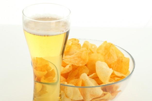 Pół litra jasnego piwa dostarcza niespełna 250 kcal. Jeśli dodamy do tego paczkę chipsów, wyjdzie 1100 kcal
