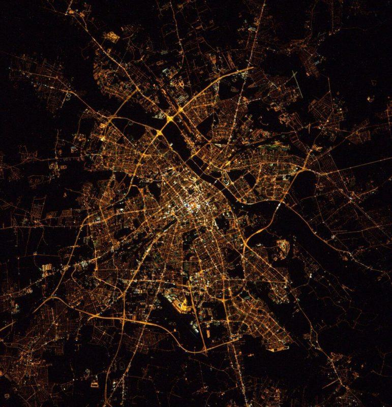 Warszawa widziana z Międzynarodowej Stacji Kosmicznej w 2016 roku. Fot. NASA