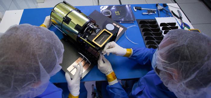 Inżynierowie z Planetary Resources montują prototyp teleskopu ARKYD