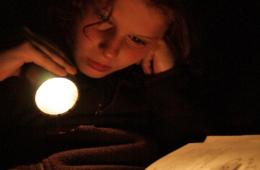 Czy czytanie po ciemku psuje wzrok?