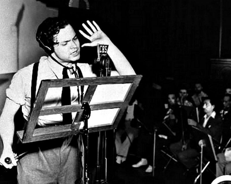 """Orson Welles podczas audycji """"Wojna światów"""""""