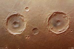 Niezwykły film z przelotu nad powierzchnią Marsa