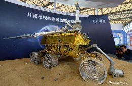 Model Jadeitowego Królika prezentowany na ekspozycji. fot. News.cn