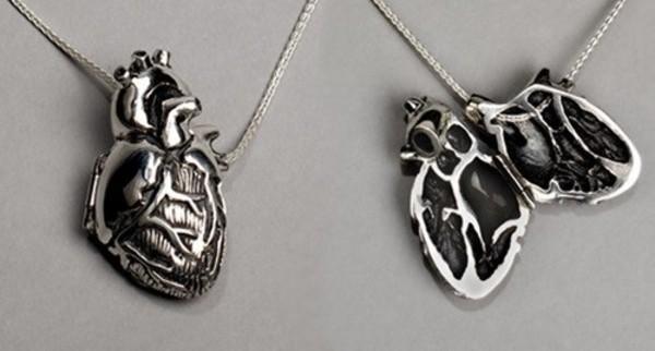 Otwierany medalion - anatomiczne serce. Fot. PeggySkempJewelry
