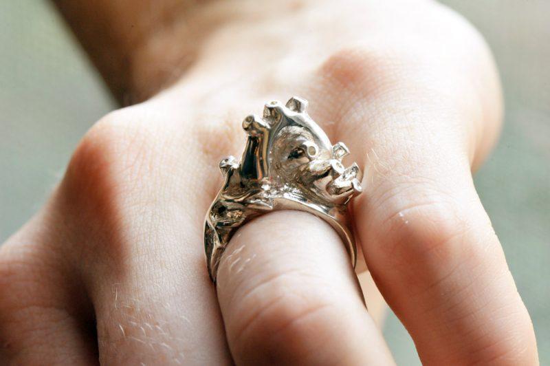 Pierścionek w kształcie annatomicznego serca. Fot. PeggySkempJewelry