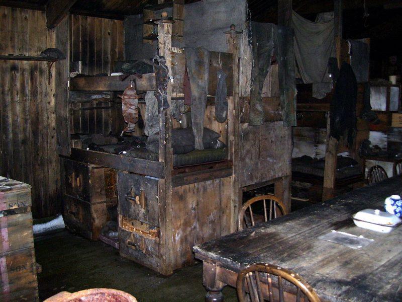 Wnętrze chaty zbudowanej przez ludzi Roberta Scotta, w której stacjonowała później ekspedycja Shackletona na Lodowcu Rossa. Fot. Wikimedia