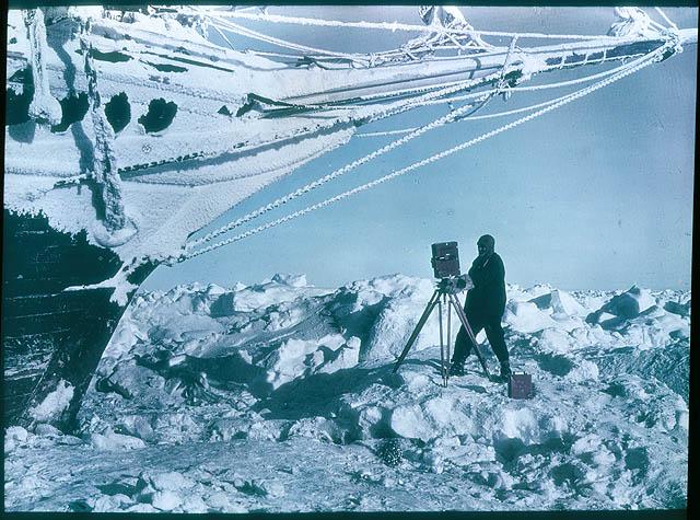 """Statek Shackletona """"Endurance"""" niedługo przed zatonięciem. Szklane negatywy, jedne z pierwszych kolorowych w historii, wydobyte zostały z zatoniętego wraku przez australijskiego nurka Franka Hurleya. Fot. Flickr/State Library of New South Wales collection"""