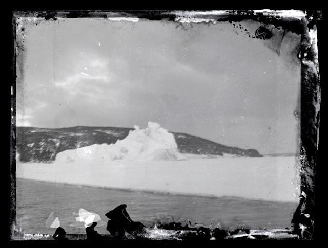 """Widok z """"Aurory"""" w drodze na Lodowiec Rossa. Zdjęcie odnaleziono po 100 latach. Fot. Antarctic Heritage Trust, nzaht.org"""