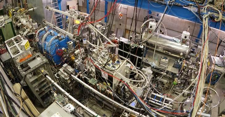Aparatura ASACUSA CUSP w Spowalniaczu Antyprotonów w CERN to plątanina sprzętu używanego do wytwarzania łapania, i przesyłania cząstek antywodoru. Fot. CERN