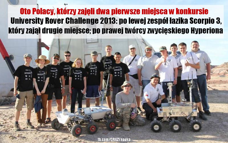 Na zdjęciu widać polskie zespoły, zwycięzców University Rover Challenge 2013, na tle Mars Desert Research Station. Czarne koszulki ma na sobie zespół z Politechniki Wrocławskiej, który zbudował łazika Scorpio 3 (drugie miejsce), a w białe ubrali się twórcy Hyperiona, czyli zwycięski team z Politechniki Białostockiej. Fot. Mars Society Polska