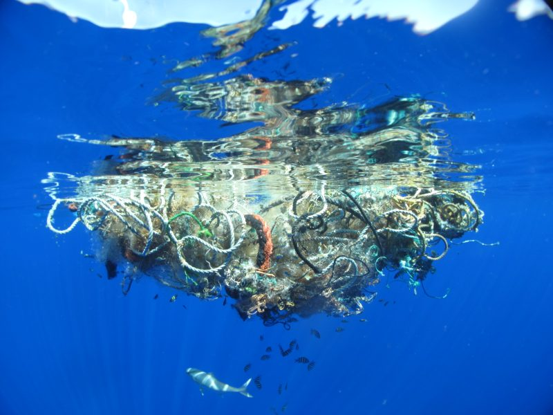 Wielka Pacyficzna Plama Śmieci to ogromna łacha plastiku unosząca się niedaleko wybrzeży Hawajów. Fot. WHOI