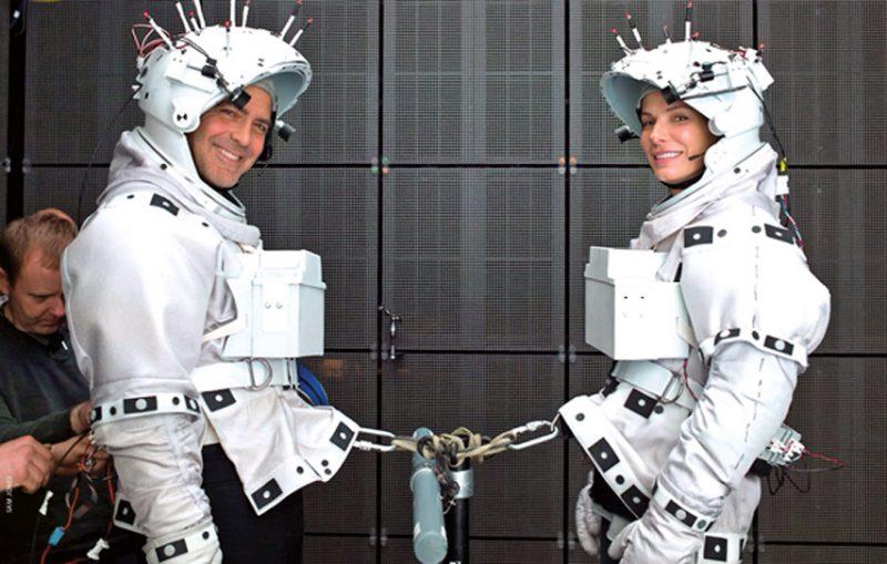 """Tak powstawały sceny z """"Grawitacji"""". George i Sandra ponoć żałowali, że film nie jest kręcony w kosmosie. Fot. Warner Bros."""