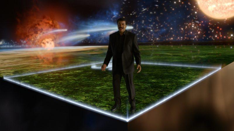 """Neil deGrasse Tyson w scenie z kosmicznym kalendarzem w pierwszym odcinku """"Kosmosu"""". Fot. National Geographic"""