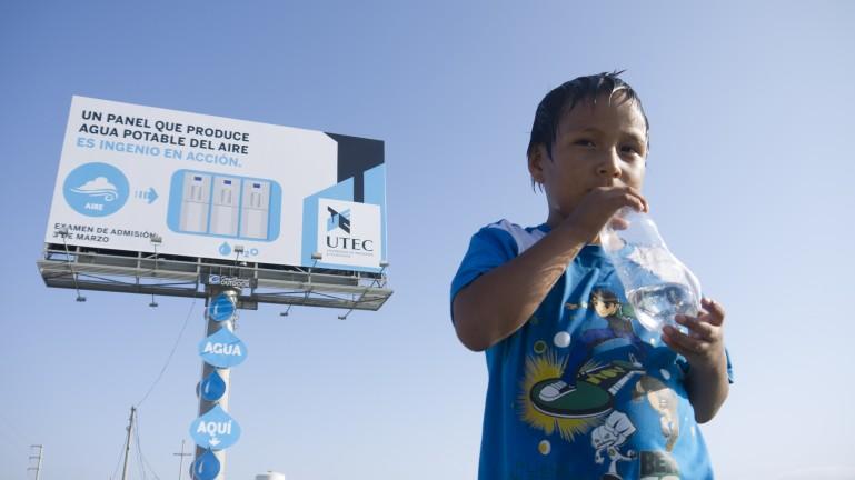 Pierwszy na świecie billboard pozyskujący wodę z powietrza. Fot. UTEC