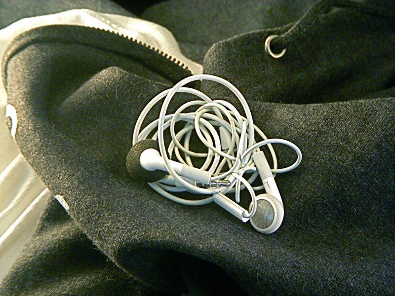 Plączący się kabel od słuchawek do smartfona? Powstało naukowe wyjaśnienie tego fenomenu. Fot. JD Hancock/Flickr