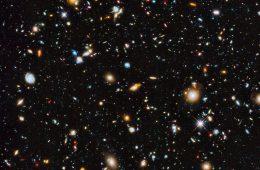 10 000 galaktyk w świetle widzialnym, podczerwieni i ultrafiolecie sfotografowanych przez teleskop Hubble'a. Fot. NASA, ESA, H. Teplitz and M. Rafelski (IPAC/Caltech), A. Koekemoer (STScI), R. Windhorst (Arizona State University) i Z. Levay (STScI)