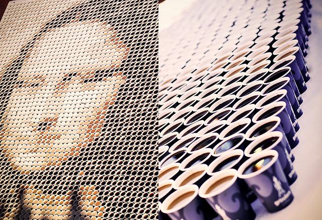 Gigantyczna Mona Lisa ułożona 3604 kubków z kawą, a każdy z inną domieszką mleka. Ta instalacja powstała 16 lipca 2009 roku w Sydney podczas Rocks Aroma Festival.