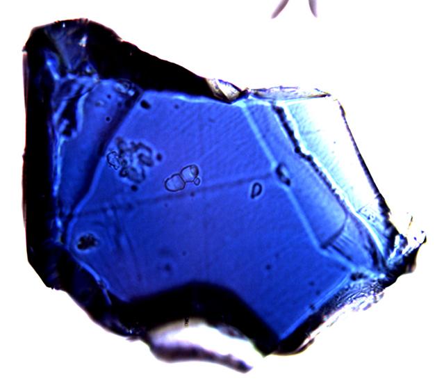 Tak wygląda ringwoodyt - kryjący się we wnętrzu Ziemi minerał zawierający do 3 proc. wody. Fot. Joseph Smyth/Wikimedia
