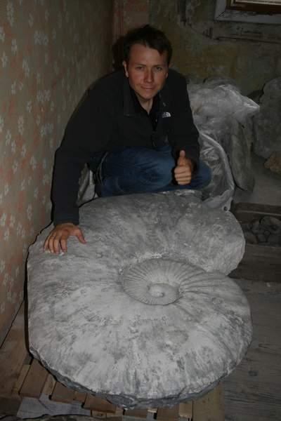 Nieżyjący już paleontolog Adrian Kin z największym w Polsce amonitem. Fot. Archiwum prywatne