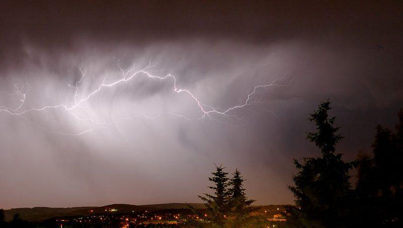 Piorun przeskakujący między chmurami. fot. André Karwath