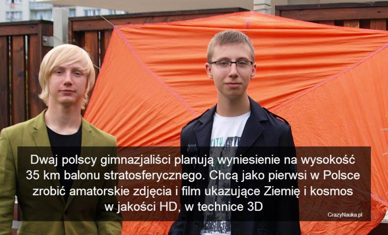 Od lewej: Mateusz Zaremba i Adam Kita, gimnazjaliści, którzy planują wynieść do stratosfery balon meteorologiczny. W tle widać zaprojektowany przez nich spadochron, który zostanie użyty w tej misji. Fot. Fokus One - Kosmos w 3D