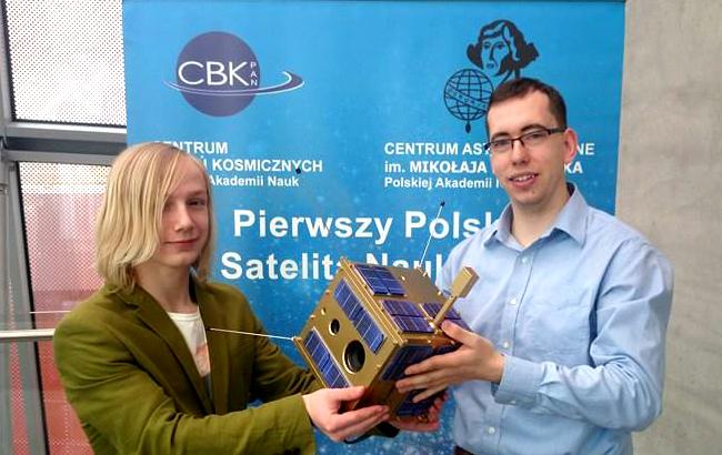 Mateusz Zaremba (z lewej), który zbudował widoczny na zdjęciu model polskiego satelity Lem w skali 1:1. Rafał Przybyła, z prawej, pracuje w Centrum Badań Kosmicznych PAN w zespole, który buduje urządzenia biorące udział m.in. w misjach Europejskiej Agencji Kosmicznej. Fot. Crazy Nauka