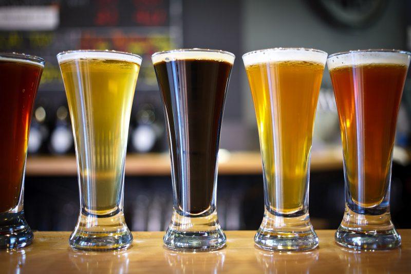 Szybciej się upijamy, pijąc piwo z naczynia rozszerzonego ku górze. Fot. Matthew Peoples/Flickr