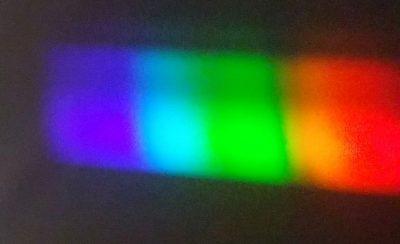 Widmo żarówki halogenowej. Widać brak koloru żółtego. Fot. Crazy Nauka