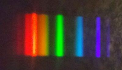 Widmo świetlówki energooszczędnej. Fot. Crazy Nauka