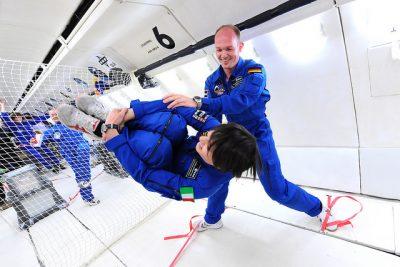 Astronauci ESA Samantha Cristoforetti i Alex Gerst podczas szkolenia w locie parabolicznym. Fot.  European Space Agency/Flickr