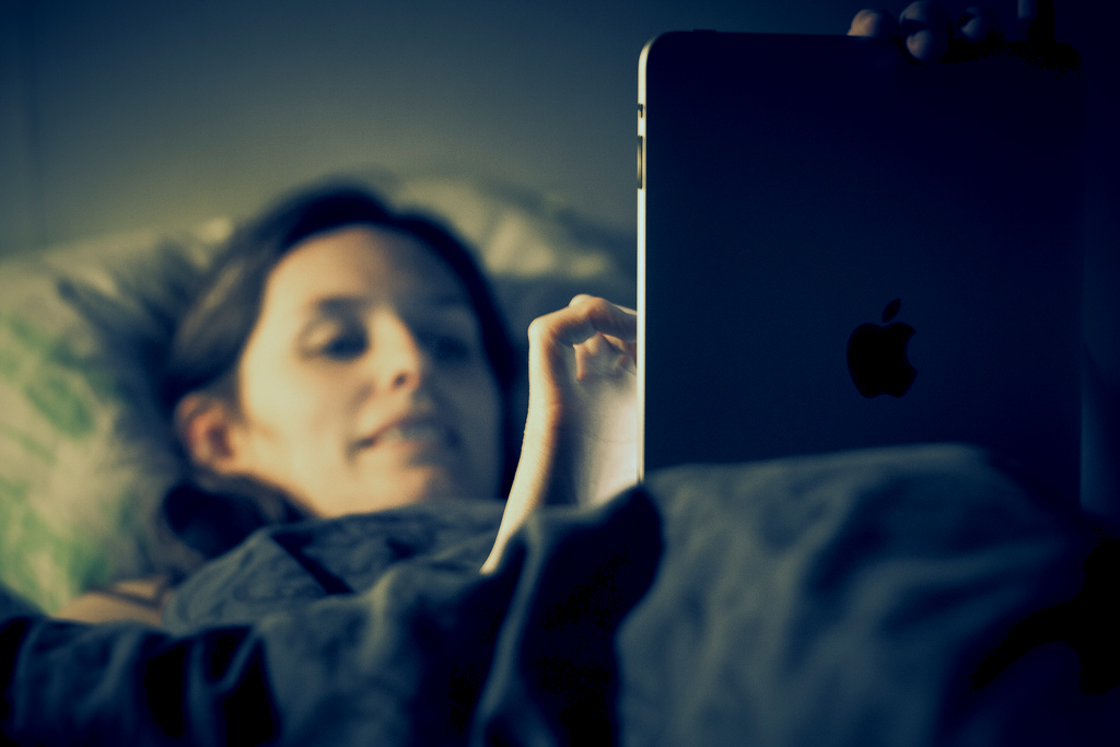 Patrzenie w ekran przed snem może być niebezpieczne dla zdrowia. Fot. Johan Larsson