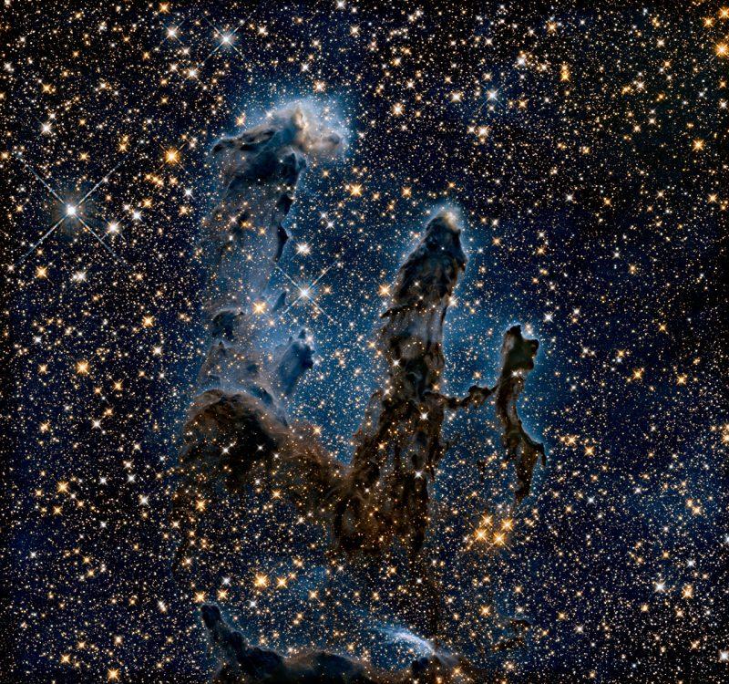 Nowe zdjęcie Filarów Stworzenia zrobione w podczerwieni pokazuje ich wewnętrzną strukturę. Fot. NASA, ESA/Hubble and the Hubble Heritage Team