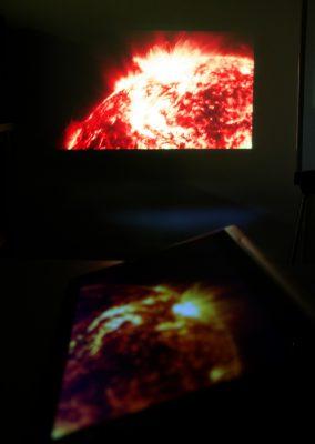 Lenovo Yoga Tablet 2 Pro - obraz z projektora rzucany na ścianę. Fot. CN