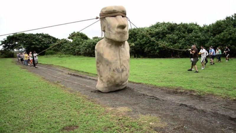 """Tak """"chodziły"""" posągi na Wyspie Wielkanocnej. Fot. Youtube"""