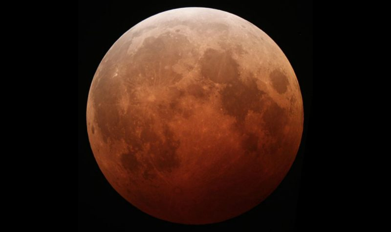 Zaćmienie całkowite Księżyca. Fot. Tomruen