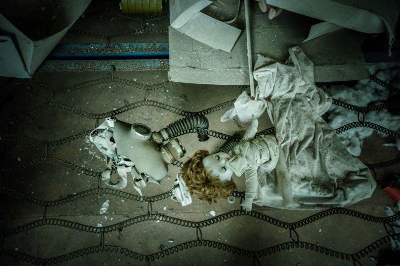 Zdjęcia takie jak to przyczyniają się do umacniania mitu Czarnobyla. Zostało ono zrobione w opuszczonym przedszkolu w Prypeci. Lalki i maski gazowe to inscenizacja ułożona przez odwiedzających to miejsce turystów. Maski w przedszkolu nigdy nie zostały użyte. Fot. Adam Tuchliński