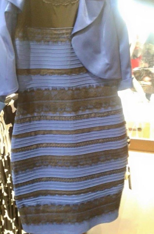 Jakiego koloru jest ta sukienka? Fot. Caitlin McNeill