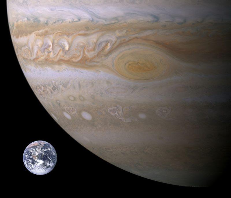 Porównanie Wielkości Wielkien Czerwonej Plamy do rozmiarów Ziemi. Fotomontaż wykonany ze zdjęcia Ziemi wykonanego przez misję Apollo 17 i fotografii Jowisza zrobionej przez sondę Cassini. Fot. NASA/Wikimedia