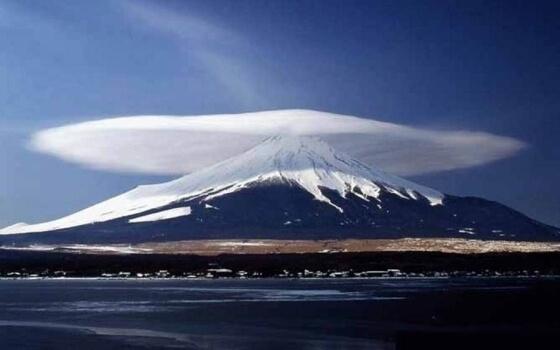 Prawdziwa chmura soczewkowa nad wulkanem Fuji