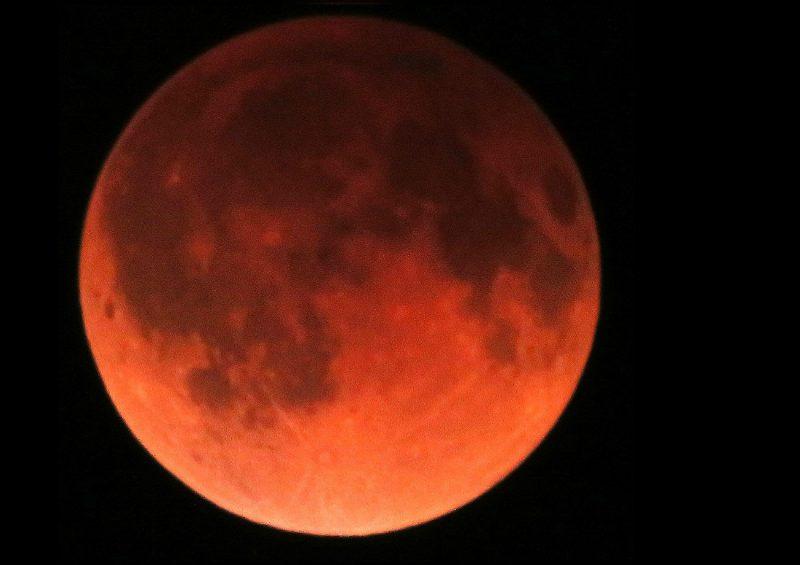 Krwawy Księżyc - całkowite zaćmienie Księżyca w Minneapolis w stanie Minnesota. Fot. Tomruen/Wikimedia