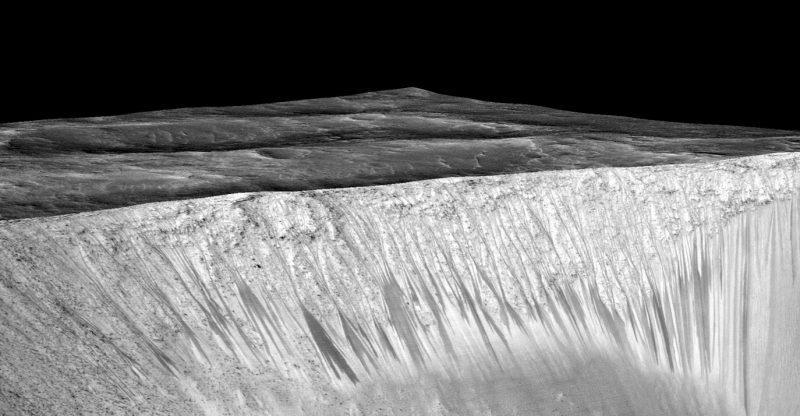 Krawędzie krateru Grani z widocznymi śladami spływającej wody. Ślady mają około 4-5 metrów szerokości o kilkaset metrów długości. Fot. NASA/JPL/University of Arizona