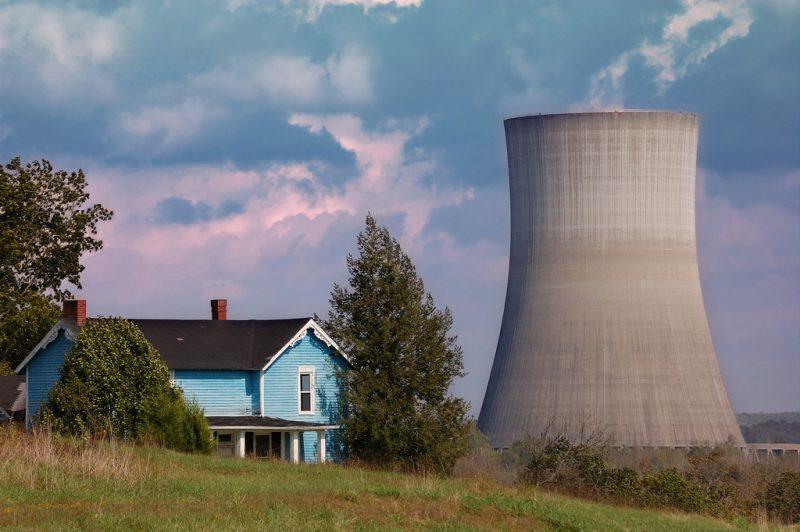 Wieża chłodnicza elektrowni jądrowej. Fot. Mike_tn