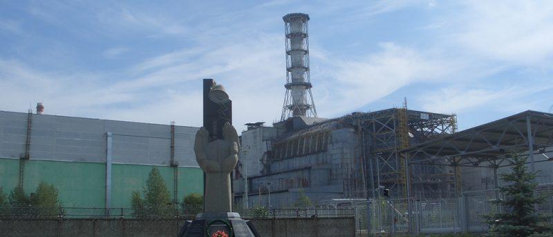 Zniszczony reaktor w Czarnobylu i pomnik ofiar wypadku. Fot. Giles Thomas