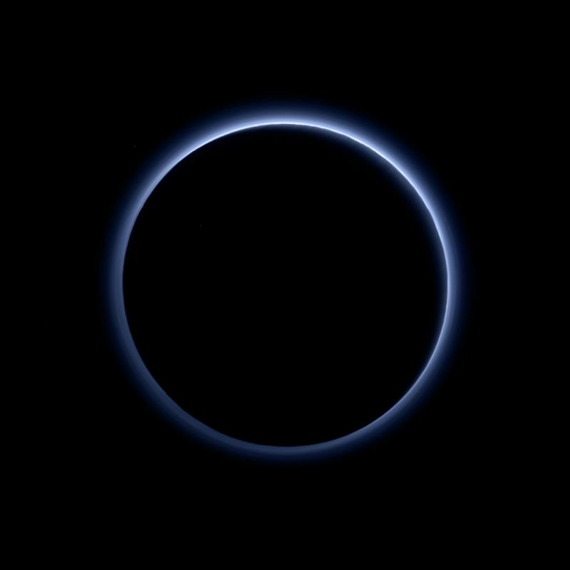 Niebieska atmosfera wokół Plutona. Fot. NASA/JHUAPL/SwRI