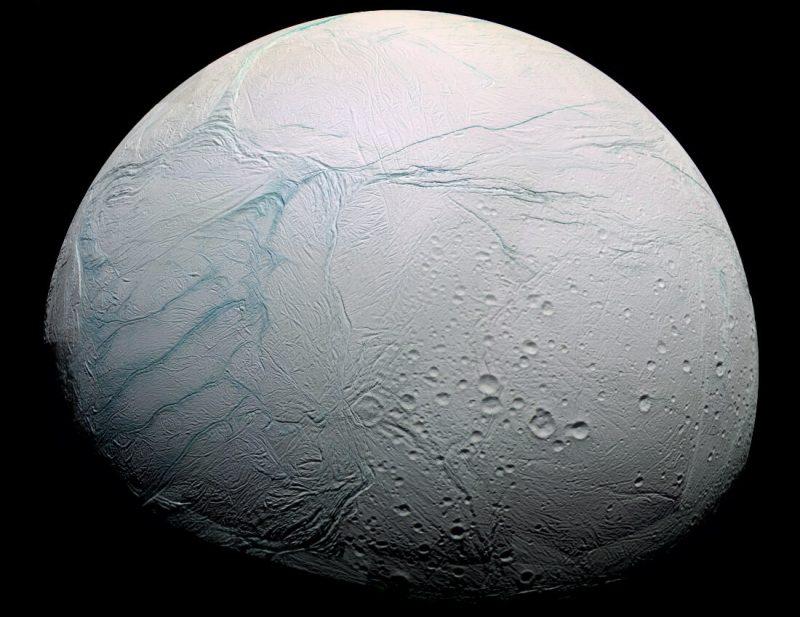 Enceladus, zdjęcie zrobione przez sondę Cassini w 2005 roku. Fot. EncNASA/JPL/Space Science Institute